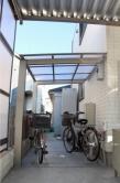 車庫の奥には自転車置き場も♪